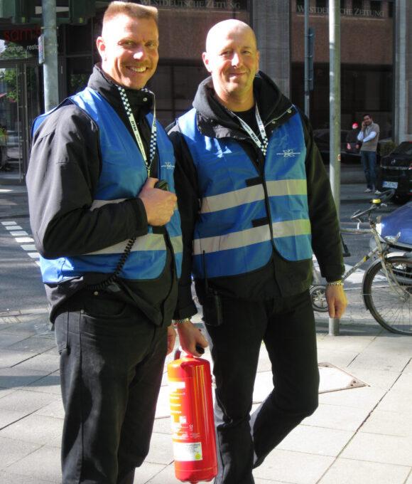 Zwei Sicherheitsmitarbeiter mit Feuerlöscher