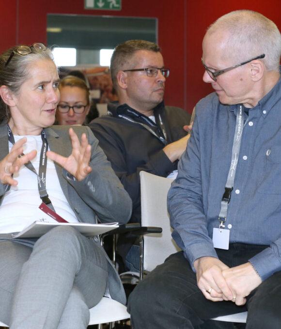 Sabine Funk unterhält sich mit einer weiteren Person auf der IBIT Fachtagung